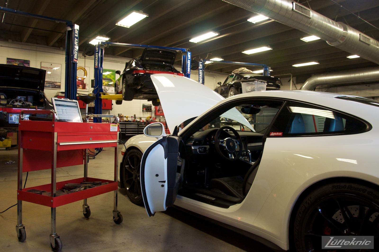 Lüfteknic Porsche 991 GT3 getting the computer / DME scanned.