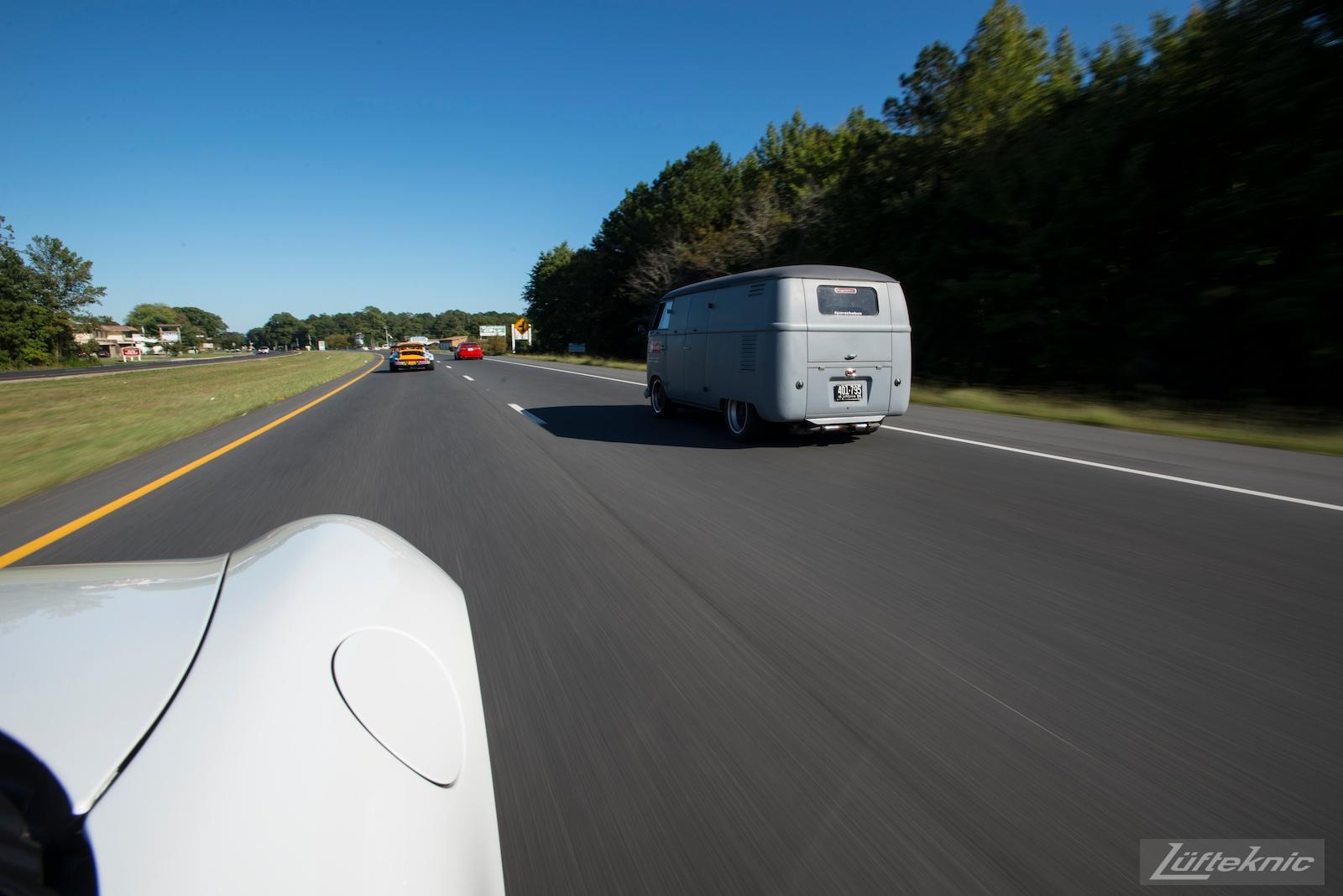 Lüfteknic #projectstuka Porsche 930 Turbo runs down the highway with porschebus behind