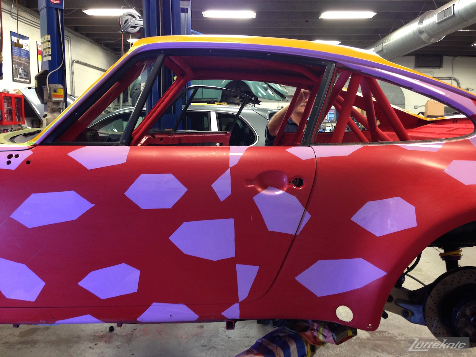 Lüfteknic #projectstuka Porsche 930 Turbo lozenge camouflage patten, with violet done and the rest of the car red.