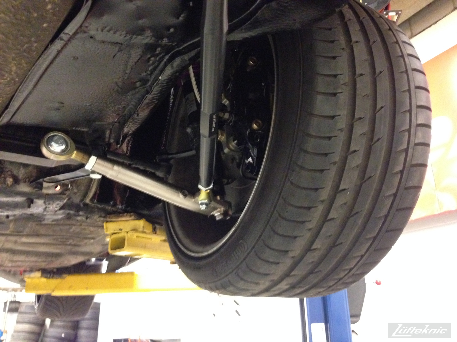 Lüfteknic #projectstuka Porsche 930 Turbo front tire, massive!