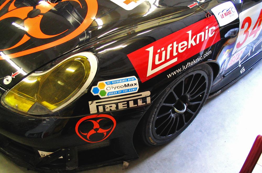Porsche 911 race car fender showing Lüfteknic logo
